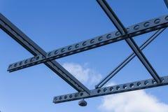 穿孔的射线和安全监控相机顶上的栅格反对蓝天与云彩 免版税库存照片