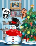 穿帽子、红色毛线衣和红色围巾的雪人摇他的有圣诞树和火地方例证的手 图库摄影