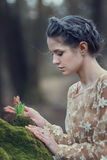 穿庄重装束的肉欲的少妇画象在一个具球果森林里 免版税图库摄影