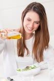 穿戴油橄榄沙拉 免版税库存照片