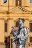穿戴的人银的生存雕象 免版税库存图片