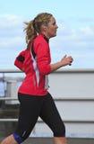 穿戴的桃红色赛跑者年轻人 库存照片