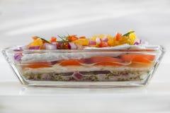 穿戴的鲱鱼用tomatoesDressed鲱鱼用蕃茄、沙拉和橙色切片 库存照片