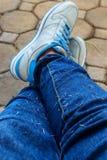 穿戴蓝色牛仔裤 图库摄影
