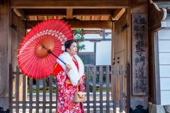 穿日本传统和服的亚裔妇女参观美丽在京都 免版税库存照片