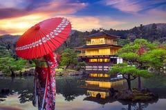 穿日本传统和服的亚裔妇女在金黄亭子 日本kinkakuji京都寺庙 免版税图库摄影