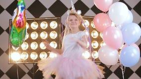 穿时髦的独角兽服装,五颜六色的空气芭蕾舞短裙裙子的美丽的行家女孩生活方式慢动作画象,摆在 影视素材