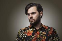 穿时髦的颜色衬衣的画象英俊的有胡子的人 秀丽生活方式人概念照片 成人严肃的行家 库存图片