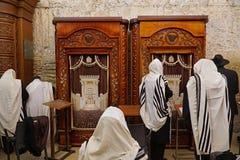 穿晨祷披巾的耶路撒冷犹太人在西部 图库摄影