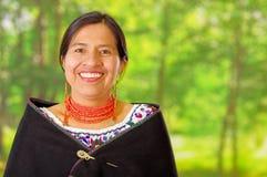 穿有五颜六色的装饰的特写镜头美丽的西班牙妇女传统安地斯山的白色女衬衫在脖子上,黑 免版税图库摄影
