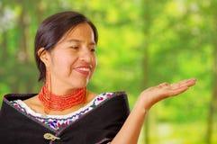 穿有五颜六色的装饰的特写镜头美丽的西班牙妇女传统安地斯山的白色女衬衫在脖子上,黑 免版税库存照片