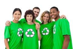 穿有回收的人标志绿色衬衣对此 图库摄影