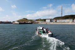穿梭在袭击的小船从船到Helgoland,德国港  库存图片