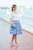 穿流行的服装的美丽的妇女 免版税库存照片