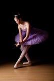 穿淡紫色芭蕾舞短裙的美丽的年轻跳芭蕾舞者 免版税库存图片