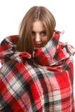 穿温暖的围巾的妇女热身 免版税库存照片