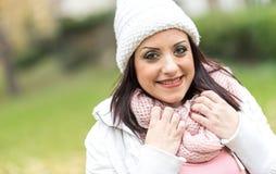 穿温暖的衣裳的微笑的俏丽的妇女画象  库存照片