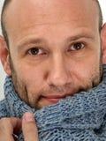 穿温暖的围巾的英俊的人 免版税库存图片