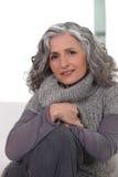穿灰色衣物的妇女 图库摄影