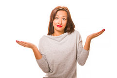 穿灰色衬衣和牛仔裤的布朗头发美丽的无能为力的妇女 免版税图库摄影