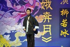 穿特性衣服江西OperaBlue外套的中年人 库存照片