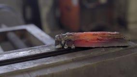 穿的钢制造的高热金属制件在铁砧的 股票视频