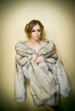 穿皮大衣的可爱的性感的少妇诱惑摆在室内 肉欲的女性画象有创造性的理发的 免版税库存图片