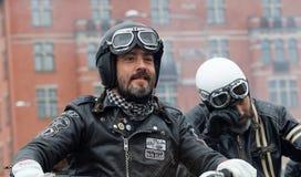 穿皮革衣裳的两个骑自行车的人特写镜头  库存照片