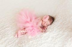 穿着芭蕾舞女演员芭蕾舞短裙的新出生的女婴 免版税库存图片
