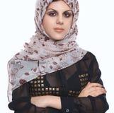 穿着一条红色顶头围巾的年轻亚洲妇女画象隔绝在白色 库存照片