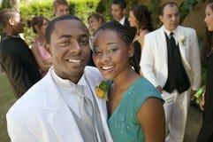 穿着体面的少年夫妇常设外部学校舞蹈 免版税库存图片