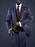 穿着典雅的男性衣服的钝汉隔绝在灰色背景 免版税库存图片