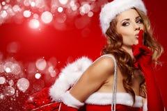 穿着圣诞老人服装的性感的妇女 免版税库存照片