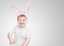 穿着小兔服装的逗人喜爱的新小孩男孩 免版税库存照片