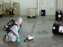 穿着工作的紧急队化工保护衣服在dang 免版税库存图片