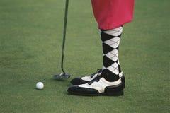 穿着桃红色高尔夫球裤子的高尔夫球运动员 库存照片