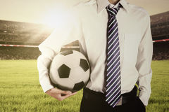 穿着正式衣服和拿着球的人 免版税库存图片