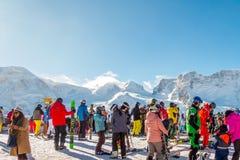 穿着滑雪服的游人是演奏在gornergrat,策马特山,瑞士的滑雪的乐趣 这张图片需要2月14日2日 免版税图库摄影