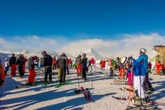 穿着滑雪服的游人是演奏在gornergrat,策马特山,瑞士的滑雪的乐趣 这张图片需要2月14日2日 图库摄影