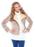 穿着现代冬天毛皮夹克的逗人喜爱的妇女 免版税库存照片