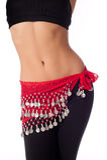 穿着红色硬币传送带和锻炼衣物的肚皮舞表演者 库存照片
