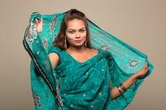 穿着绿色莎丽服的美丽的妇女 免版税库存图片