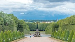 穿着考究的在背景timelapse的胡同在庭院里和喷泉 法国凡尔赛 股票视频