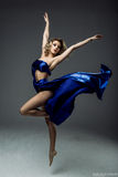穿着蓝色裙子的妇女舞蹈家 免版税库存照片