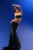 穿着顶面和长的黑裙子的华美的女性时装模特儿 免版税库存照片