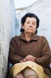穿着黄色裙子的可爱的西班牙祖母 免版税库存图片