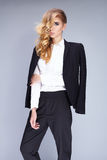 穿着黑衣服的美丽的少妇 免版税图库摄影