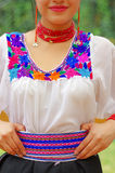 穿着黑裙子,有五颜六色的装饰的传统安地斯山的白色女衬衫的特写镜头美丽的西班牙妇女 免版税库存图片