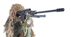 穿着ghillie衣服的军队狙击手 免版税库存图片