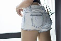 穿短的牛仔裤的妇女身体 图库摄影